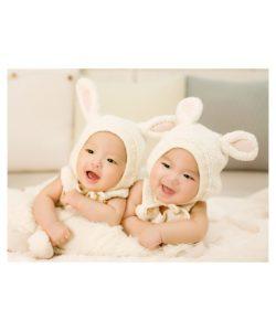 Zwei Babys im Häschen Kostüm